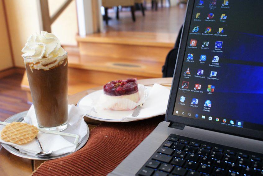 Arbeit bei Eiskaffee und Himbeertörtchen