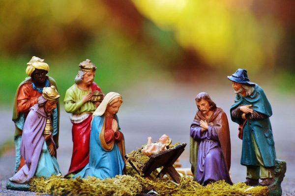 Weihnachtskrippe mit Maria und Josef, dem Jesukind, den Hirten, den Weisen aus dem Morgenland