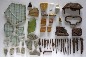 Reinald Schlosser zeigt Texterin Andrea Halbritter seine Funde aus dem Konzentrationslager Gablingen