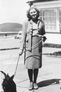 Hitler-Geliebte Eva Braun mit Hund