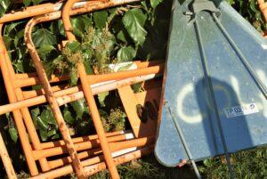 Absperrungen vor Gebüsch