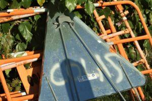 Schild und Straßenabsperrungen auf einem Stapel