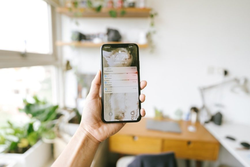 Auf dem Foto sieht man ein Telefon in einer Küche