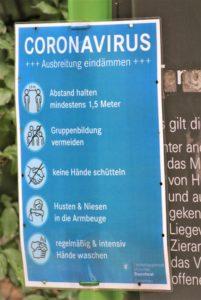 Hinweistafel zu Coronaregelungen in München