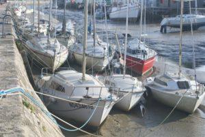 Kleine Segelschiffe bei Ebbe im Hafen