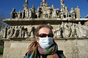 Andrea Halbritter vor einem Kalvarienberg
