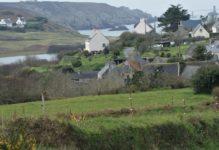 Grüne Wiesen, bretonisches Dorf, Steilküste