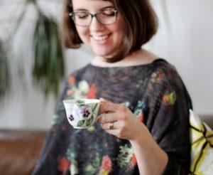 Übersetzerin Susannah Leopold beim Teetrinken