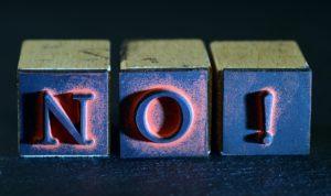 Drei Würfel, die das Wort No! formentt