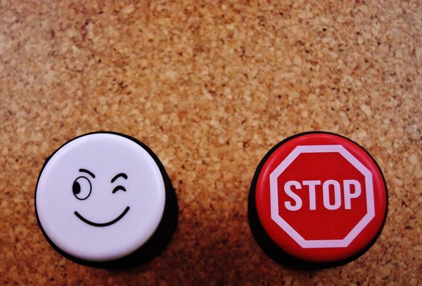 Zwei Buttons: ein Smiley, der ein Auge zudrückt, und ein Stoppschild