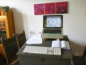 Schreibtisch von Caroline mit Pultaufsatz und Laptop