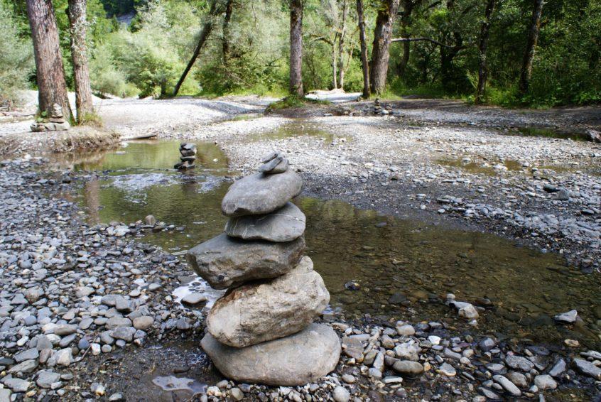 übereinandergestapelte Steine in Flusslauf