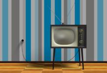Altes Fernsehgerät vor gestreifter Tapete