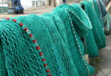 Fischernetze, über einem Geländer zum Trocknen aufgehängt