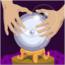 Kristallkugel auf einem Tisch, zwei Hände darauf gelegt, in der Kugel ein Auge